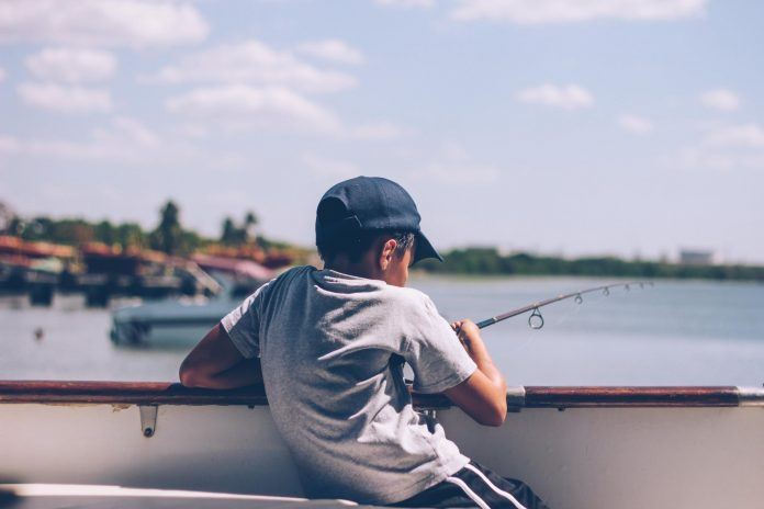 Børn fisker